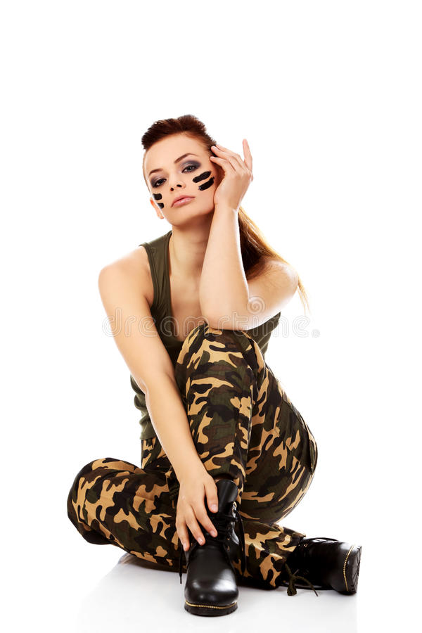 Belle femme de soldat de Ypung s'asseyant sur le plancher images libres de droits