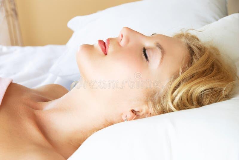 Belle femme de sommeil image stock