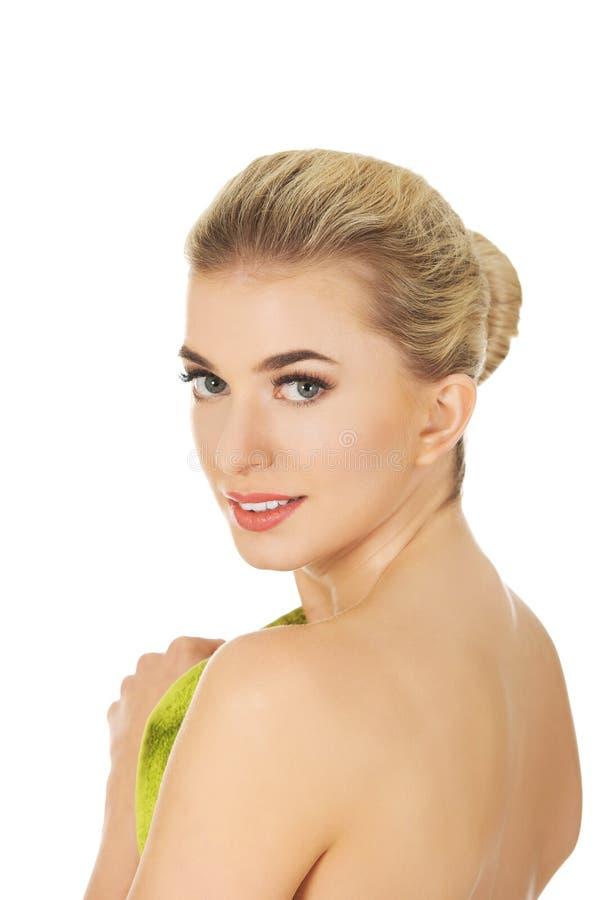 Belle femme de sourire après bain ou station thermale image libre de droits