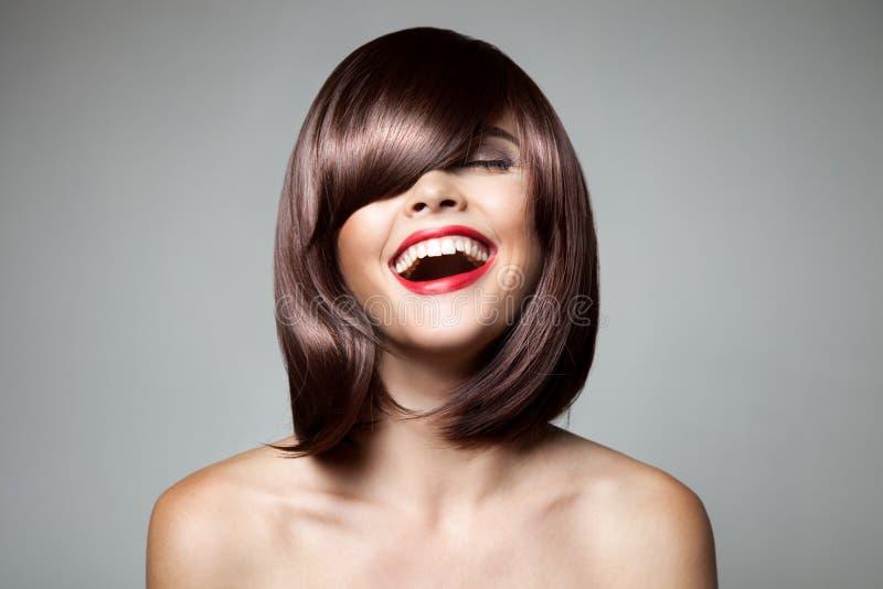 Belle femme de sourire avec les cheveux courts de Brown photos stock