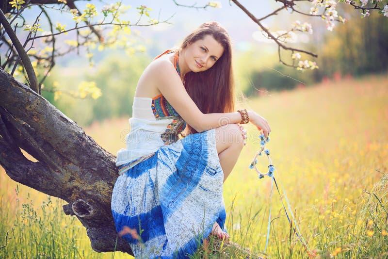 Belle femme de sourire dans la lumière molle de ressort photo libre de droits