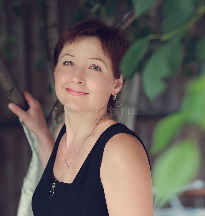 Belle femme de sourire extérieure photographie stock libre de droits