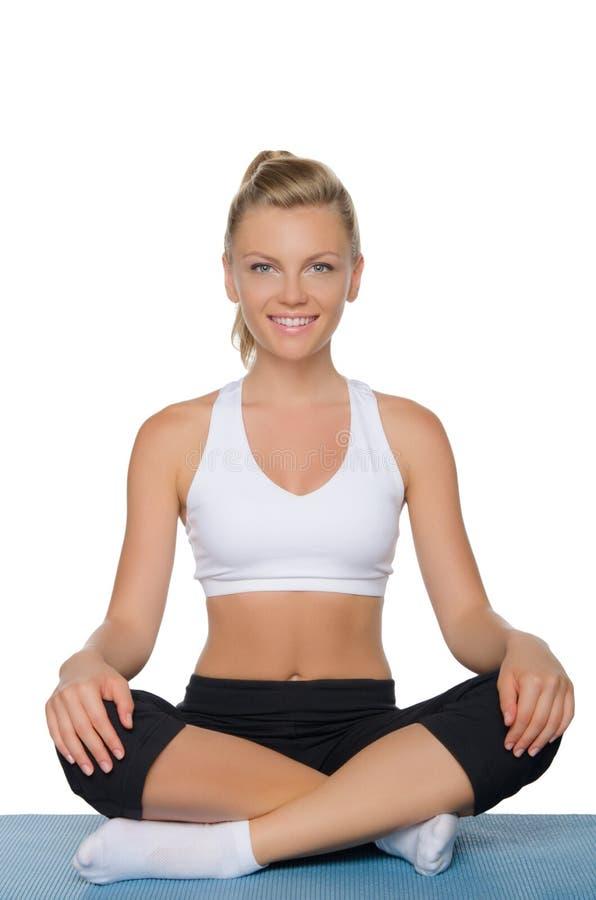 Belle femme de sourire faisant le yoga image libre de droits