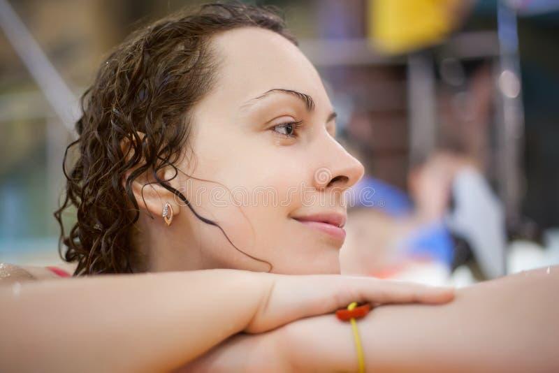 Belle femme de sourire près de saillie dans le regroupement images stock