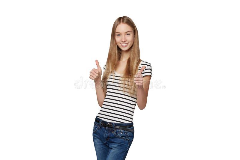 Belle femme de sourire se tenant dans intégral au-dessus du backg blanc images libres de droits