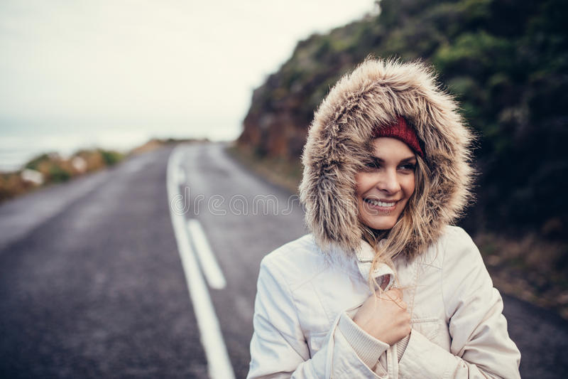 Belle femme de sourire sur la route ouverte photographie stock libre de droits