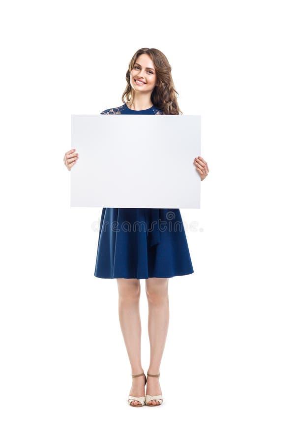 Belle femme de sourire tenant le panneau vide de signe photo stock