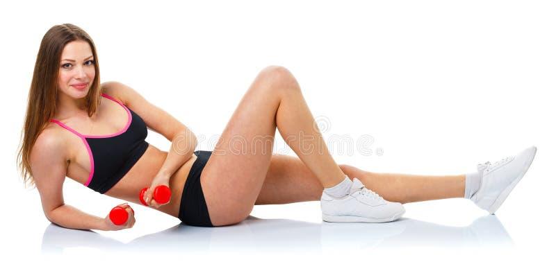 Belle femme de sport avec des haltères faisant l'exercice de sport, isola images stock