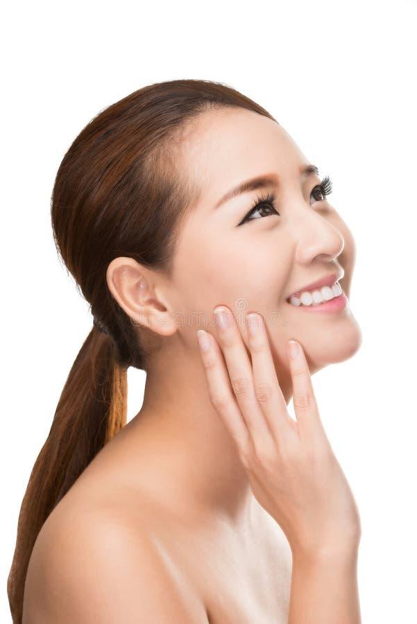 Belle femme de station thermale avec la peau propre de beauté touchant son visage, concept de traitement de beauté photos libres de droits