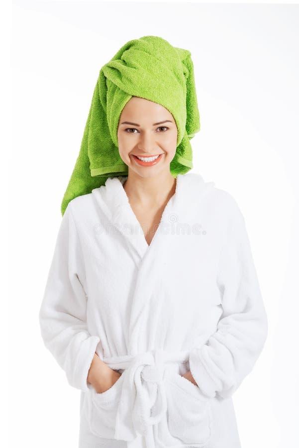 Belle femme de station thermale dans le peignoir et le turban. image stock