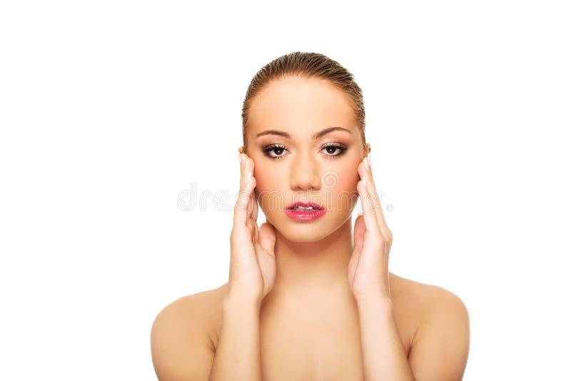 Belle femme de station thermale touchant son visage image stock