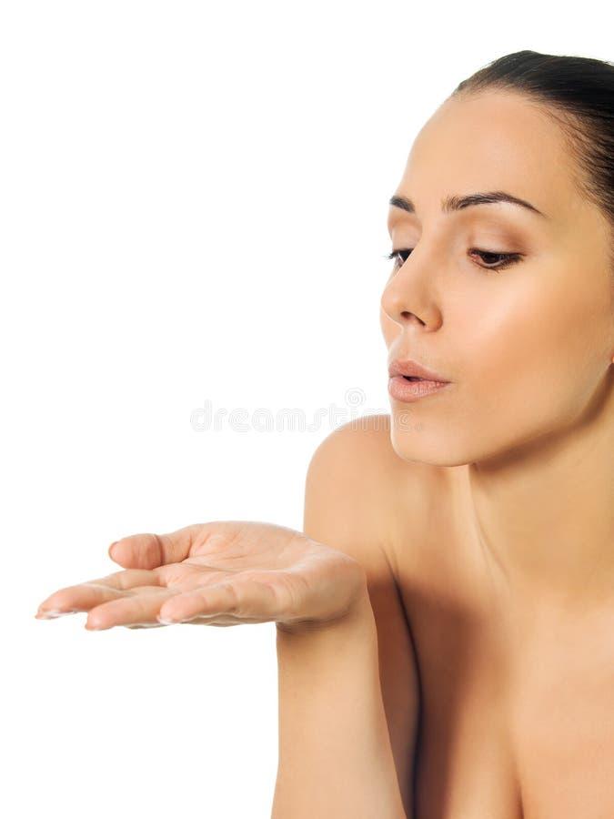 Belle femme de torse nu soufflant un baiser photographie stock