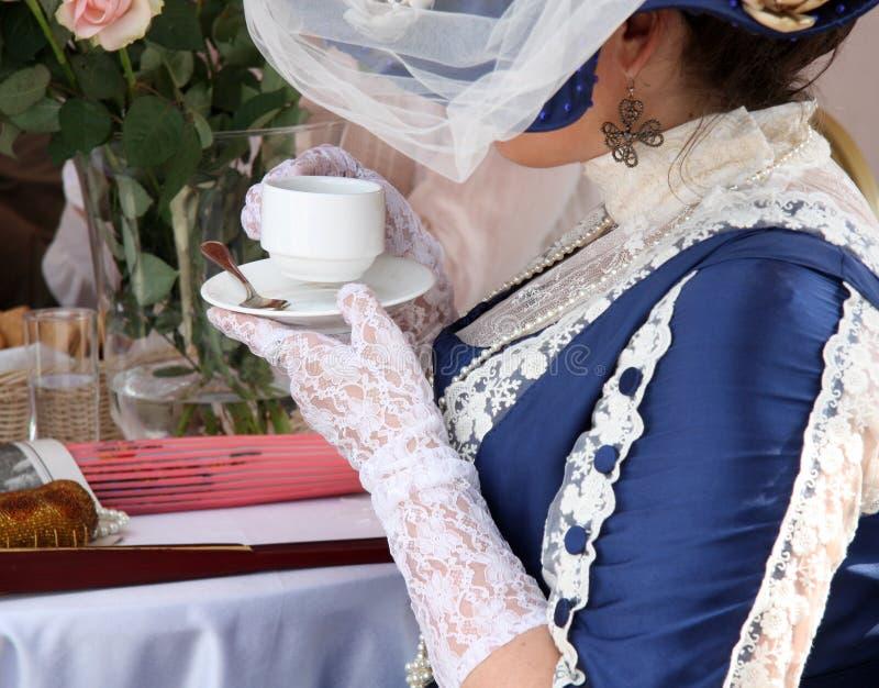 Belle femme de vintage avec la tasse de thé photographie stock