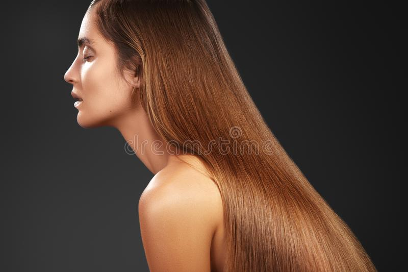 Belle femme de Yong avec les cheveux bruns longtemps droits Mannequin sexy avec la coiffure douce de lustre Traitement de Keratin photographie stock