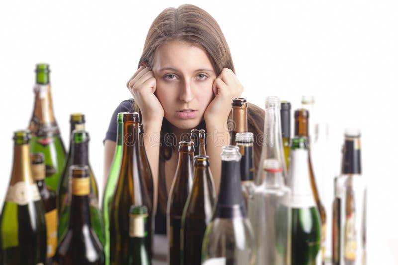 Belle femme de Yound dans la dépression, alcool potable photos stock