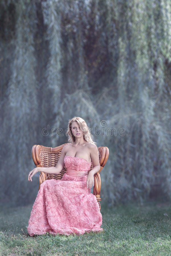 Belle femme devant des arbres photo libre de droits