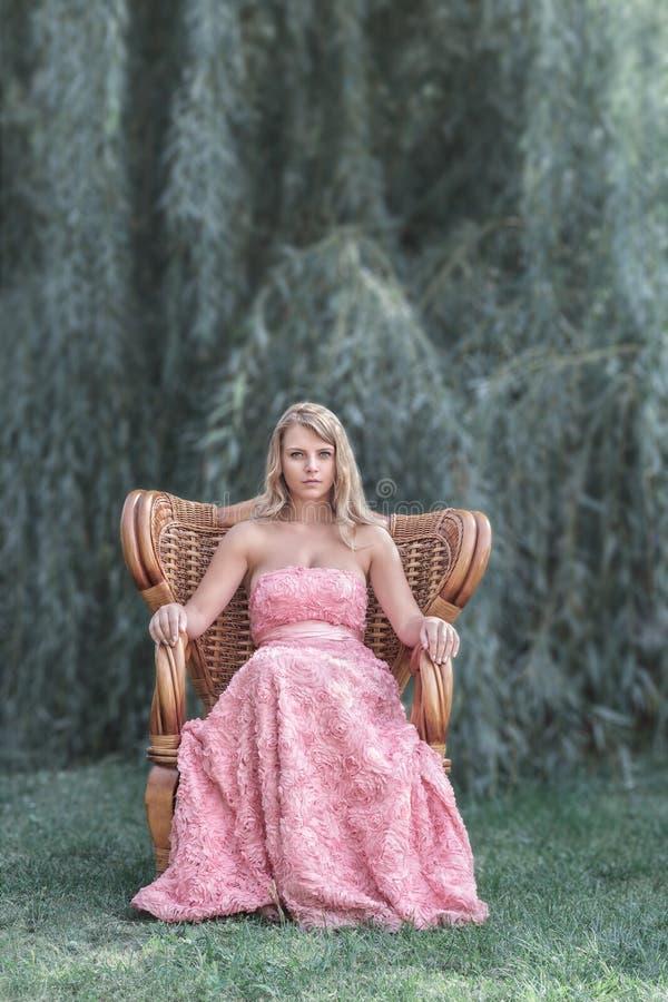 Belle femme devant des arbres photos stock
