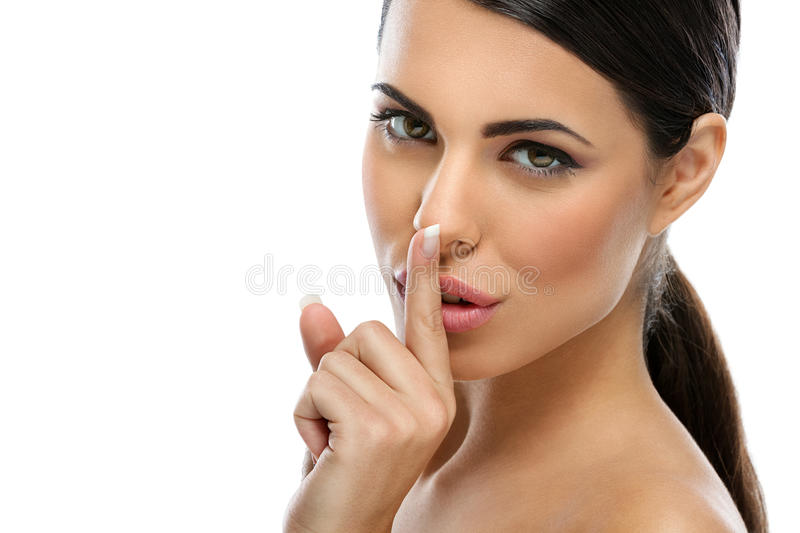 Belle femme disant le shh photo libre de droits