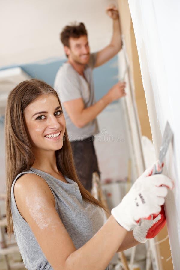 Belle femme DIY à la maison images stock