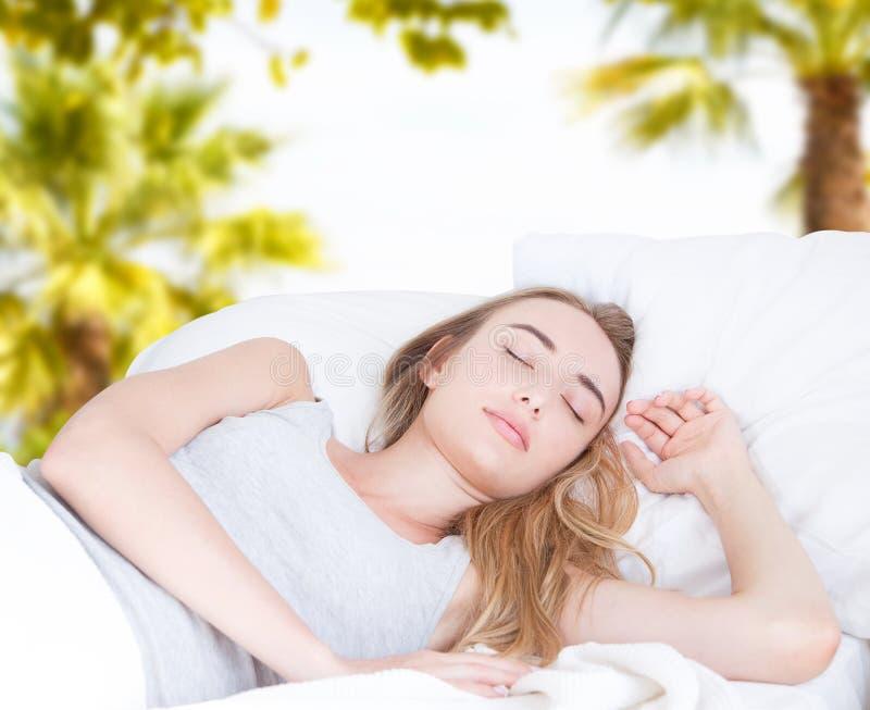Belle femme dormant sur le fond tropical brouillé, bon rêve, concept créatif photo stock