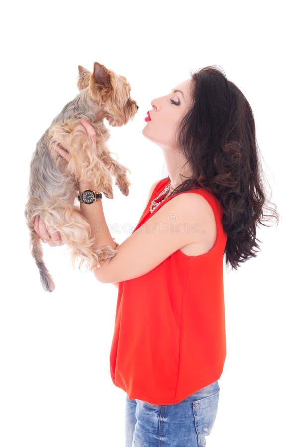 Belle femme embrassant son isolat de terrier de Yorkshire de petit chien photos stock