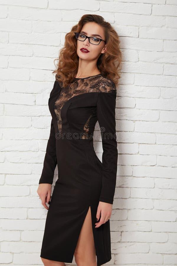 Belle femme en égalisant la robe sexy courte pour la partie photographie stock libre de droits