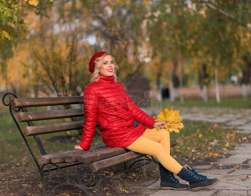 Belle femme en automne coloré dehors image stock