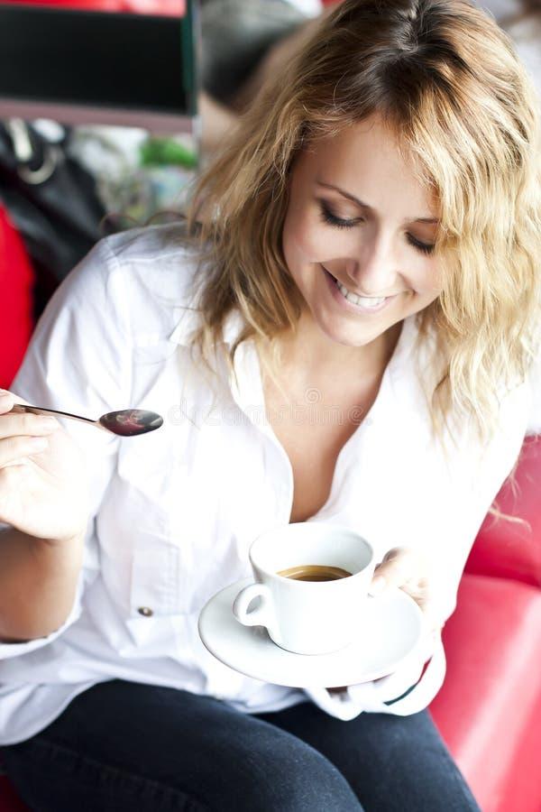 Belle femme en café de rue, avec la cuvette images stock