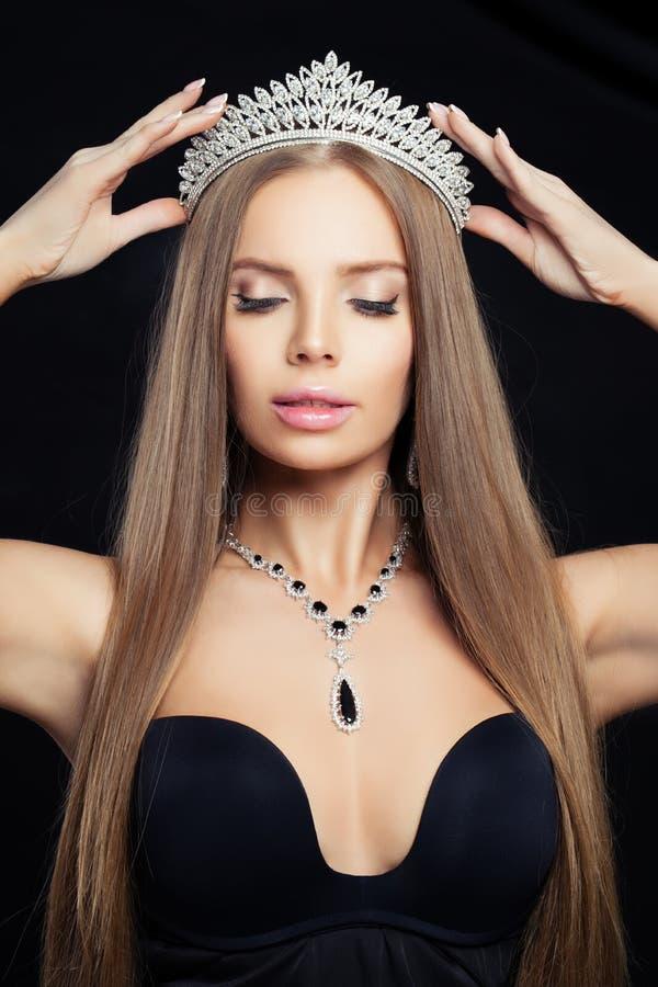 Belle femme en couronne de diamant et collier luxueux, plan rapproché images stock