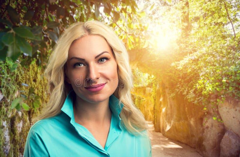 Belle femme en parc images libres de droits