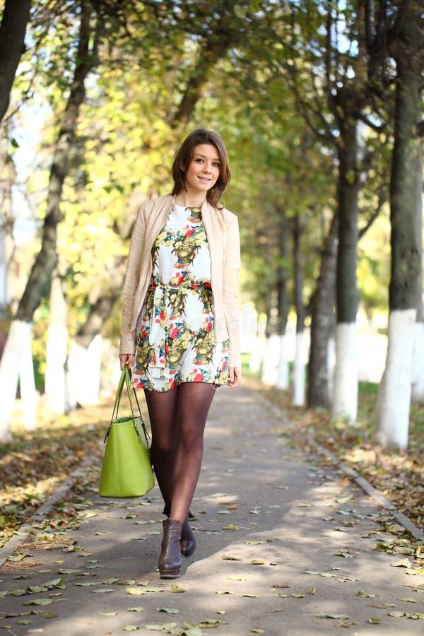 Belle femme en parc d'automne images stock