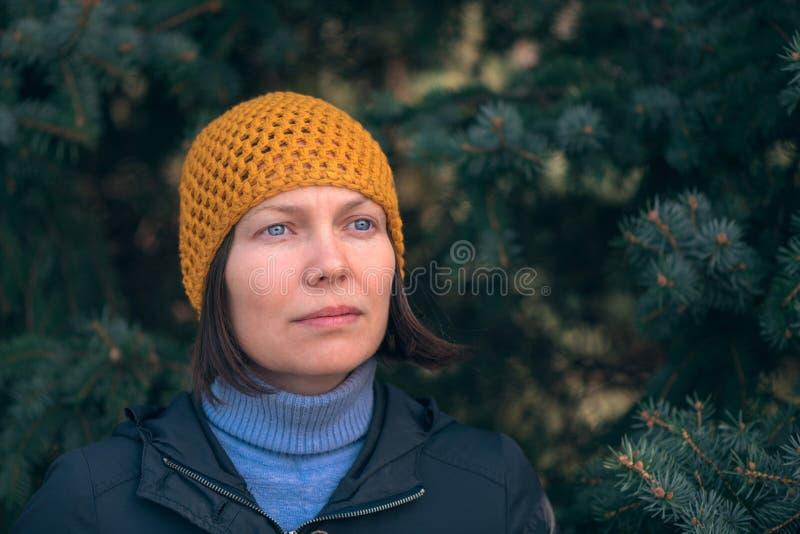 Belle femme en portrait du headshot 40s en parc photo libre de droits