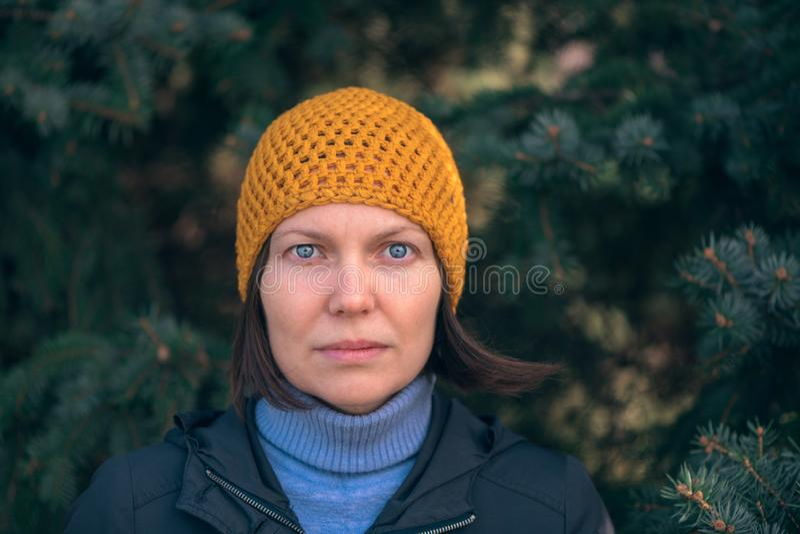 Belle femme en portrait du headshot 40s en parc photos stock