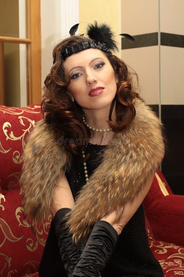 Belle femme en robe et fourrure de soirée photos stock