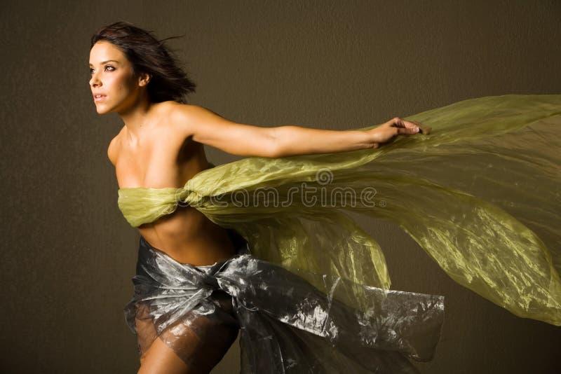 Belle femme en soie photographie stock