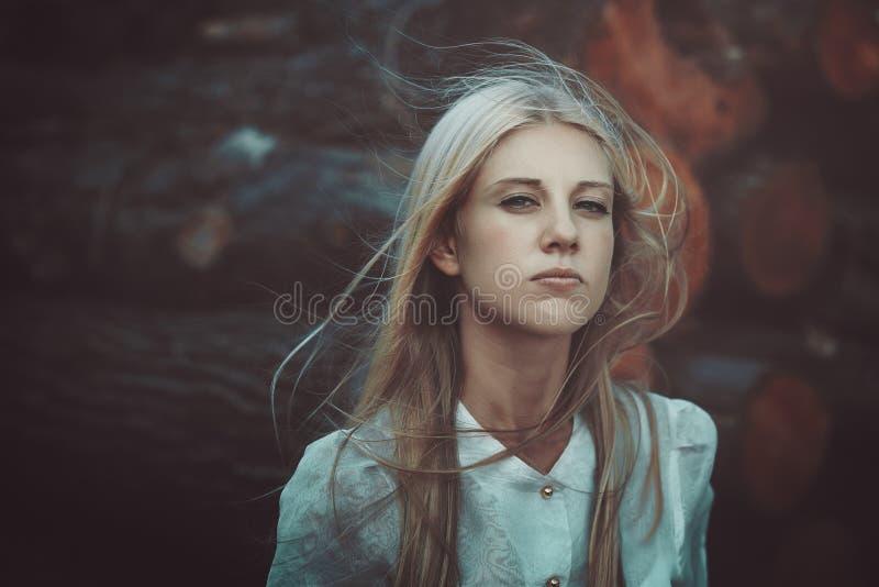 Belle femme en vent d'automne photo stock