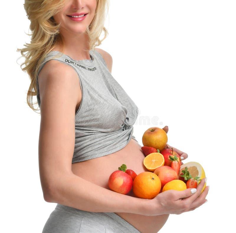 Belle femme enceinte avec des fruits frais Concept sain de consommation et de surveillance du poids d'attente de maternité de gro photos stock