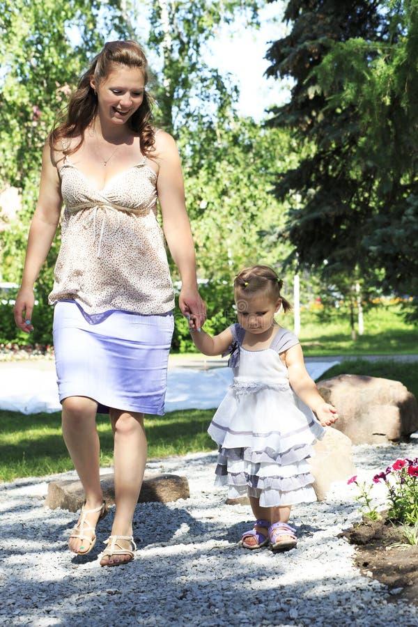 belle femme enceinte avec sa petite marche de fille image stock image du expression nature. Black Bedroom Furniture Sets. Home Design Ideas