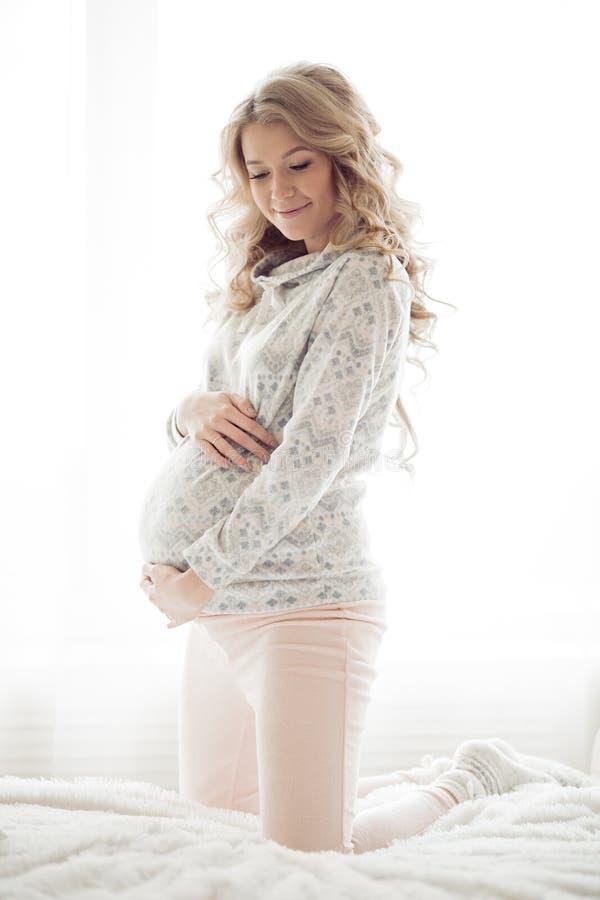 Belle femme enceinte dans des vêtements confortables photos libres de droits