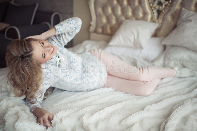 Belle femme enceinte dans des vêtements confortables images libres de droits