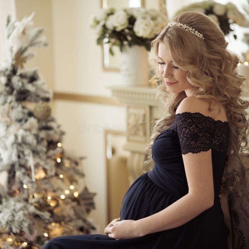 Belle femme enceinte dans une robe de vacances photos libres de droits