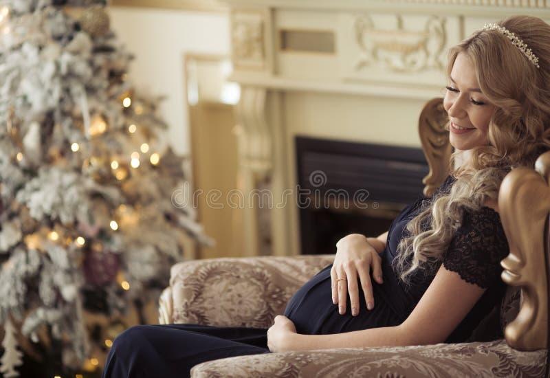 Belle femme enceinte dans une robe de vacances photo stock