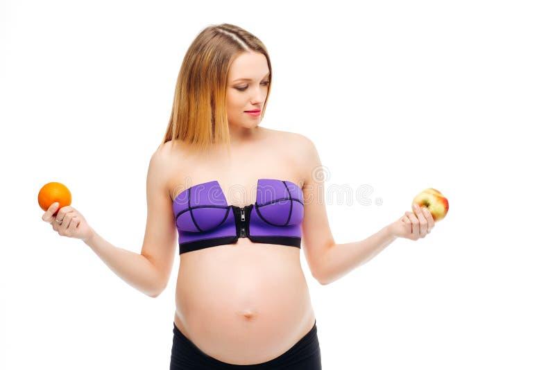 Belle femme enceinte Le moment le plus heureux pour chaque femme Fruit et jus d'orange dans les mains d'une femme enceinte image stock