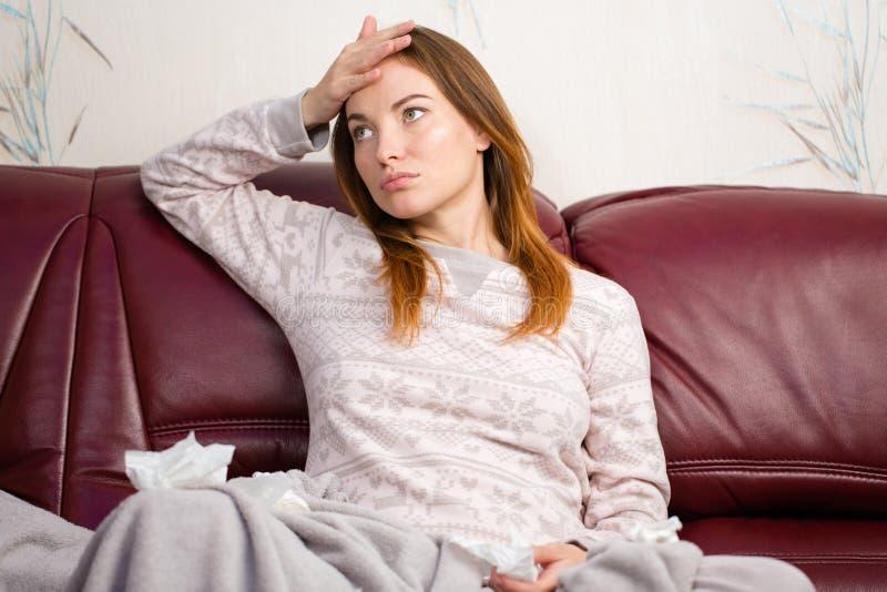Belle femme enceinte mignonne ayant le mal de tête à la maison image stock