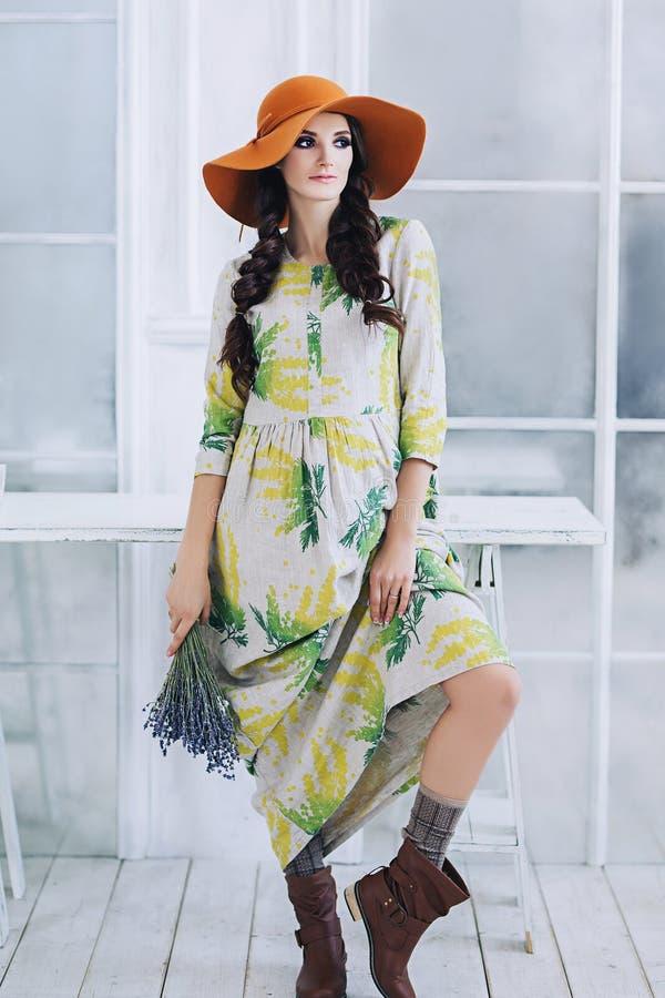 Belle femme européenne élégante enceinte avec le bouquet de lavande dans l'appartement blanc, jeune femme européenne attendant un images libres de droits