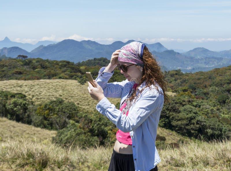 Belle femme européenne prenant des selfies utilisant le téléphone en parc national photographie stock