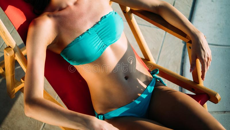Belle femme exotique prenant un bain de soleil et nageant image libre de droits