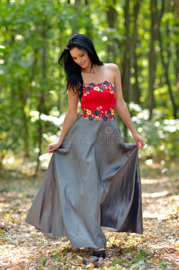 Download Belle femme extérieure photo stock. Image du fille, beau - 56482448