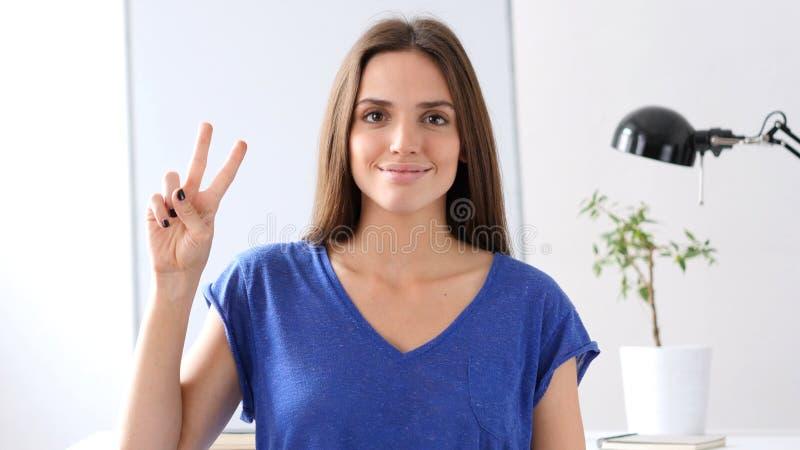 Belle femme faisant des gestes Victory Sign photos stock