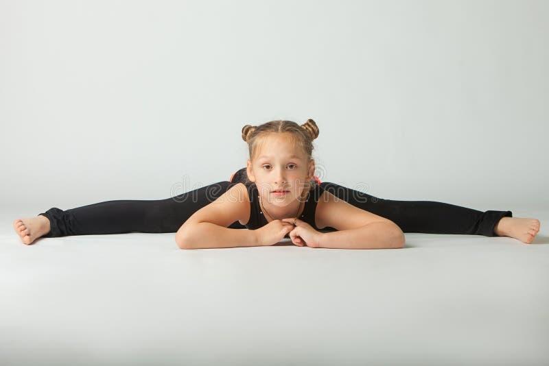 Belle femme faisant le fond de blanc de yoguna photos libres de droits